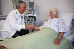 Docteur examinant le patient supérieur dans la salle Photo libre de droits