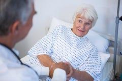 Docteur examinant le patient supérieur dans la salle Photos stock