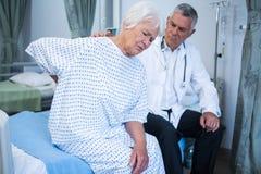 Docteur examinant le patient supérieur dans la salle Image stock