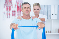 Docteur examinant son dos de patient Images libres de droits