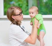 Docteur examinant un bébé nouveau-né Images stock