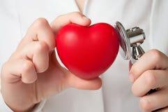 Docteur examinant un coeur Image stock