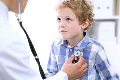 Docteur examinant un patient d'enfant par le stéthoscope Images libres de droits