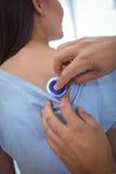 Docteur examinant un patient féminin photo stock