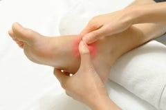Docteur examinant un pied blessé images libres de droits