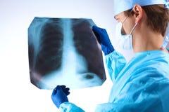 Docteur examinant un rayon X de radiographie de poumon Photos stock