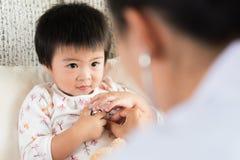 Docteur examinant une petite fille à l'aide du stéthoscope Médecine photos libres de droits