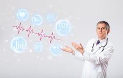 Docteur examinating les graphiques modernes de battement de coeur Images stock