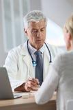 Docteur expérimenté de consultation de patient Image stock