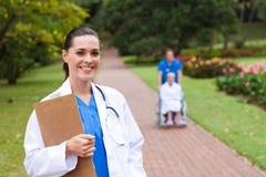 Docteur féminin à l'extérieur Image stock