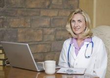 Docteur féminin à son bureau et détente image libre de droits
