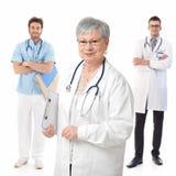 Docteur féminin aîné avec les étudiants en médecine Photographie stock