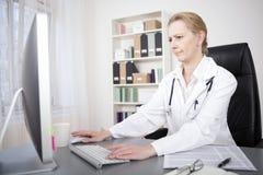 Docteur féminin Accessing Information Through en ligne photos stock
