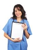 Docteur féminin affichant une planchette blanc photographie stock libre de droits
