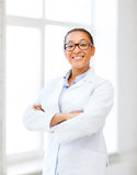 Docteur féminin africain dans l'hôpital photo stock
