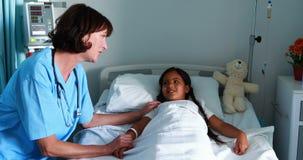 Docteur féminin agissant l'un sur l'autre avec le patient banque de vidéos