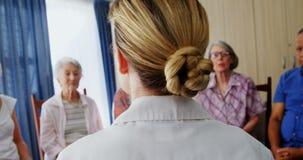 Docteur féminin agissant l'un sur l'autre avec les personnes supérieures 4k banque de vidéos