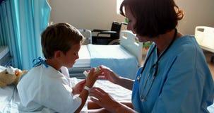 Docteur féminin aidant l'inhalateur patient d'utilisation banque de vidéos