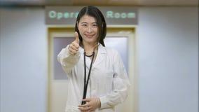 Docteur féminin asiatique dans l'hôpital banque de vidéos