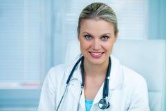 Docteur féminin assez jeune Is Smiling dans l'ambulance Photo stock