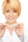 Docteur féminin attirant avec le thermomètre Photos stock