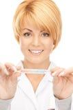 Docteur féminin attirant avec le thermomètre Photo libre de droits