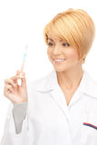 Docteur féminin attirant avec le thermomètre Image stock