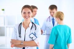 Docteur féminin attirant devant le groupe médical Photo stock