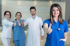 Docteur féminin attirant devant le groupe médical Images libres de droits