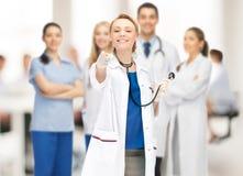 Docteur féminin attirant dirigeant son doigt Photos libres de droits