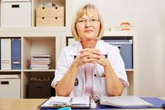 Docteur féminin au bureau dans le bureau Photo libre de droits