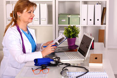 Docteur féminin au bureau dans le bureau image stock