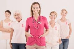 Docteur féminin avec des femmes Photo stock