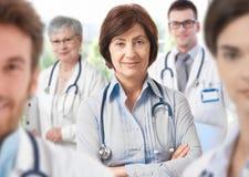 Docteur féminin avec l'équipe médicale Images libres de droits