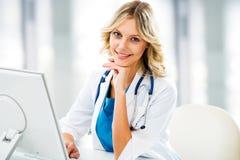 Docteur féminin avec l'ordinateur photographie stock libre de droits