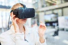 Docteur féminin avec la visualisation devant des verres de réalité virtuelle image stock