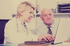 Docteur féminin avec le client masculin Images stock