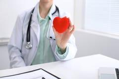 Docteur féminin avec le coeur de fixation de stéthoscope Le cardio- therapeutist, médecin font l'examen médical cardiaque, measu  Image libre de droits