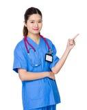 Docteur féminin avec le point de doigt  Image libre de droits