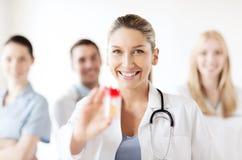 Docteur féminin avec le pot de capsules Image libre de droits