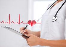 Docteur féminin avec le stéthoscope et la prescription Photographie stock