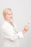 Docteur féminin avec un stéthoscope Photographie stock libre de droits