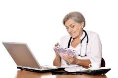 Docteur féminin comptant l'argent Images stock