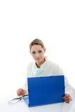 Docteur féminin consultant les fichiers patients images stock