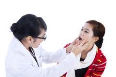 Docteur féminin contrôlant la santé patiente Photo stock