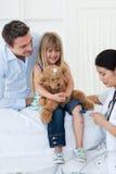 Docteur féminin contrôlant le réflexe du patient photos stock