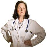 Docteur féminin d'une cinquantaine d'années Images stock