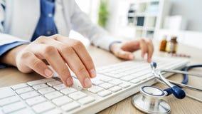 Docteur féminin dactylographiant sur l'ordinateur image libre de droits