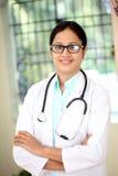 Docteur féminin dans l'intérieur d'hôpital image libre de droits