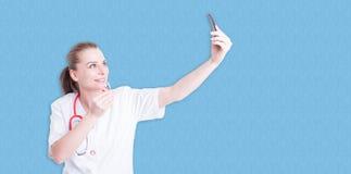 Docteur féminin dans l'uniforme blanc prenant un selfie Images stock